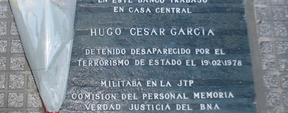 Marca de memoria. Baldosa en la Casa Central del Banco de la Nación Argenti