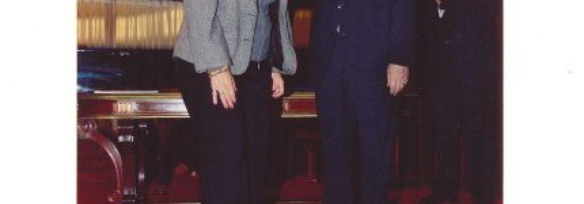 Esposa de Angel con el presidente del BNA en homenaje