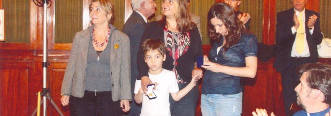 Esposa de Angel y su hija María de la Paz (izquierda y centro) recibiendo m