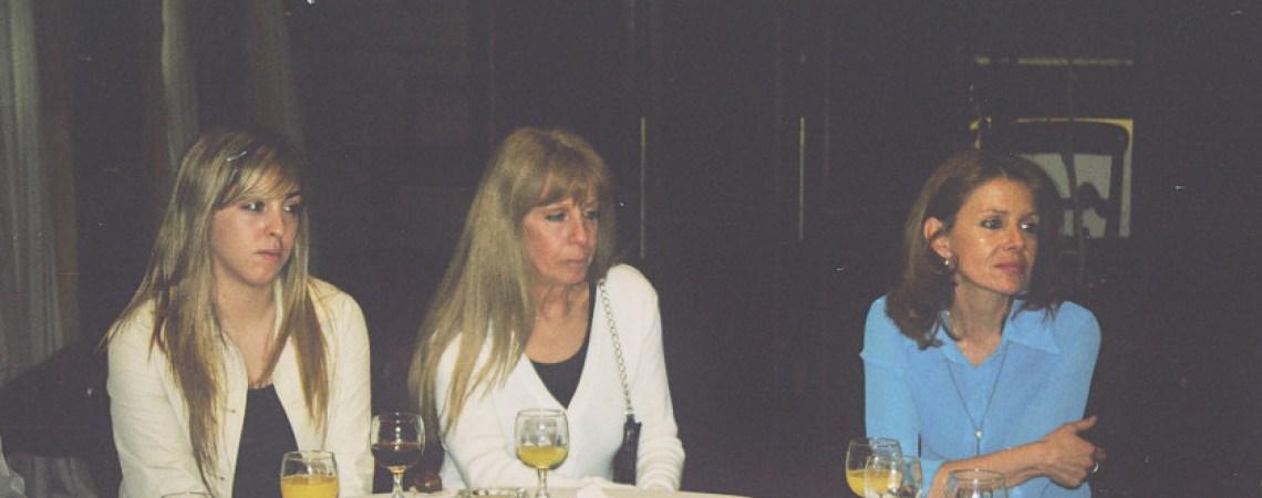 Alicia, hermana de Ricardo (centro) con  su sobrina (izquierda)