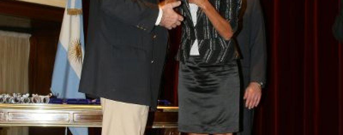 Carlos, hermano de Alberto, recibiendo la medalla en el BNA