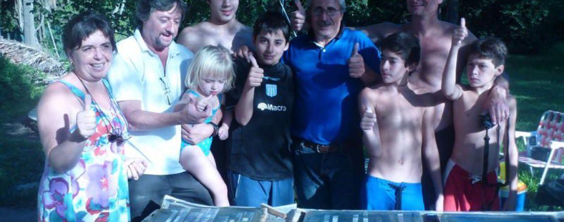 Familia de Luis confeccionando la baldosa de memoria