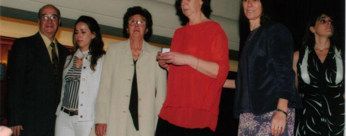 La hermana de Teresita recibiendo la medalla del BNA