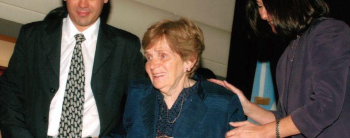 Clorinda, mamá de Luis, recibiendo la medalla en el BNA