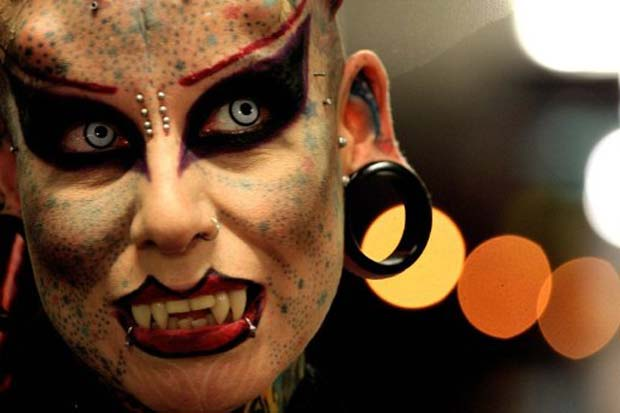 Mulher Vampiro Exibe Novos Chifres E Presas