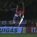Jogador comemora gol com cambalhota e sai lesionado