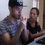 Fumando maconha na frente da mãe pra ver a reação