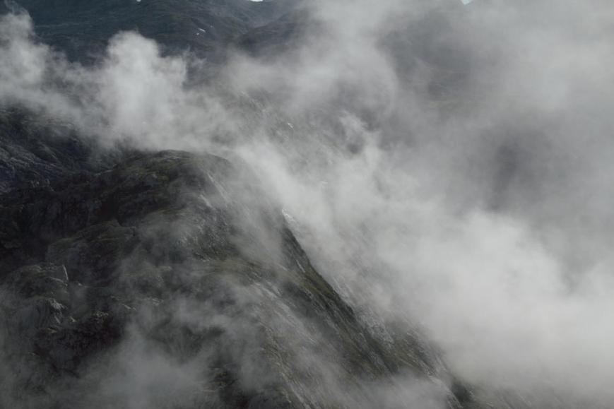 Der Nebel zieht aus dem Tal über die Bergflanken