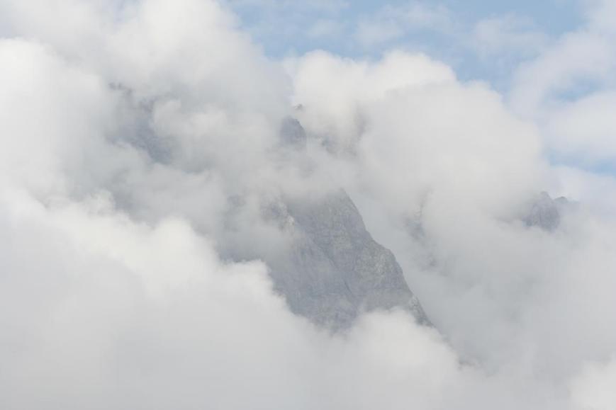 Dicke Wolkenbänke geben die Flanke des Hochkaltermassivs frei