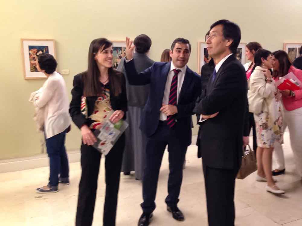 Olga García y Daniel Sastre, comisarios de la muestra, durante la inauguración