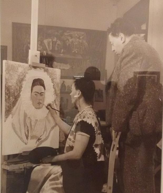 Bernard Silberstein - Frida pinta seu autorretrato enquanto Diego a observa, 1940