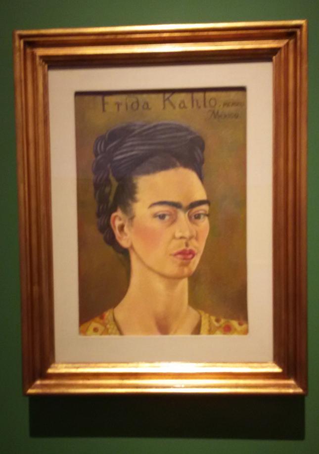 Frida Kahlo - Autorretrato com vestido vermelho e dourado, 1941