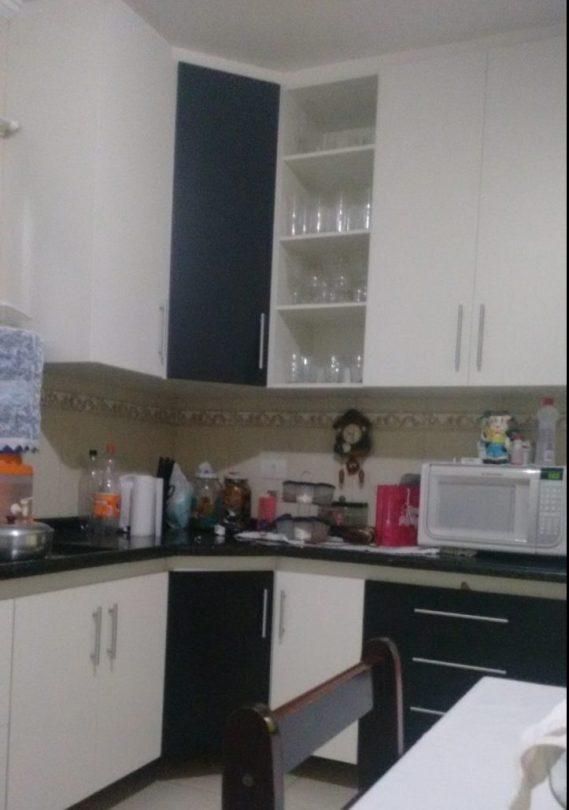 cozinha completa bicolor com nicho para fogão embutido