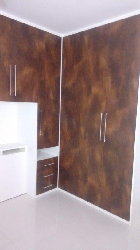 Guarda-roupa embutido branco e mogno em dormitório de casal