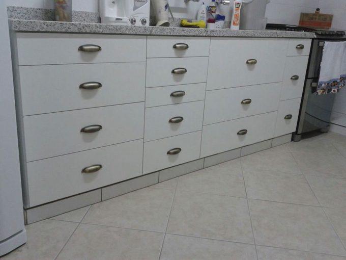 gabinete de cozinha com medidas de gavetas personalizadas
