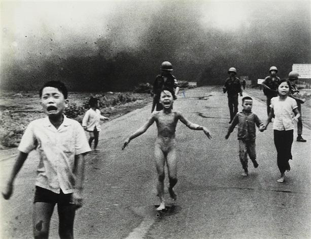 Pulitzer Prize-winning photograph of children fleeing a napalm
