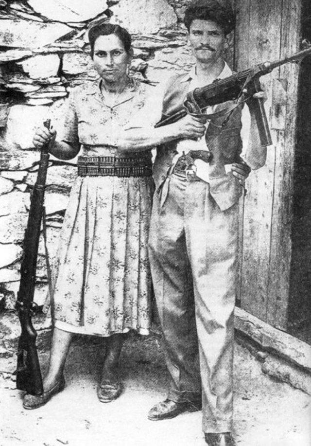 η Μαρία και ο Κλεόμβροτος Αγριμανάκης και η φωτογραφία είναι από το Μάιο του 1941