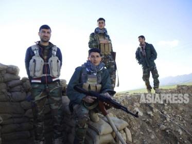 シンジャル南部地域の前線でISと対峙するペシュメルガ兵たち。全員がヤズディ教徒で、家族は避難民として北部クルド自治区のテントなどで暮らす(3月上旬撮影:玉本英子)