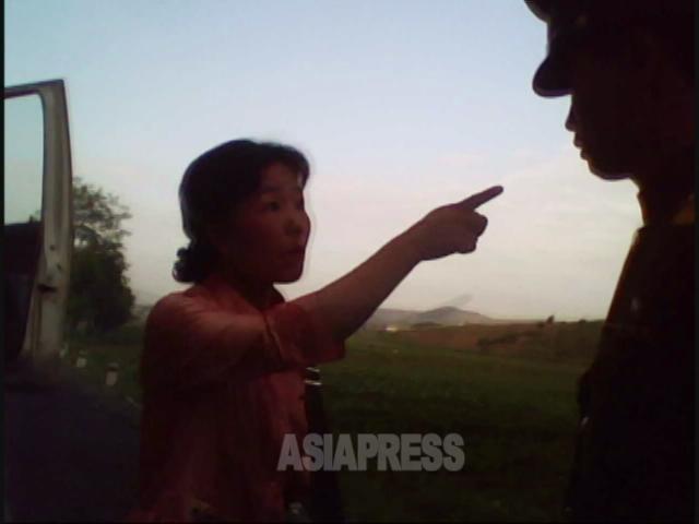 <北朝鮮写真報告>抵抗する庶民たち 警官を罵倒し突き飛ばす女性(写真6枚)