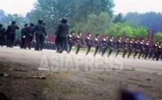열병식 훈련하는 여학생들