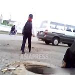 거리에 뚜껑이 없는 맨홀이 보인다
