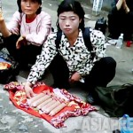 당대회 취재진은 '발전하는 평양'만 보도해야 했다. 평양의 서민들도 상행위로 생계를 꾸려나가고 있다. 사진은 중국산 소시지를 파는 여성. 2011년 6월 모란봉 구역에서 구광호 촬영(아시아프레스)