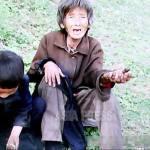 먹을 것이 없다고 사위로부토 쫓겨나서 손자와 함께 산 속 방공호 터에서 살고 있던 할머니. 2011년 6월 평양시 교외에서 촬영. 구광호 (아시아프레스)