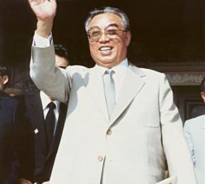 말년의 김일성. 비 세속적인 국가 통합의 상징이라는 점에서 김일성과 일본 천황에게는 공통점이 발견된다.(우리민족끼리 HP에서)