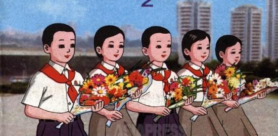 초급중학 2학년 '사회주의 도덕' 교과서. 꽃다발을 든 5명이 김일성 동상에 헌화하기 위해 향하는 모습으로 추측된다. 표지는 귀엽지만 내용은 권력자에 대한 충성 교육의 일색이다. (아시아프레스)