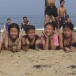 소녀들의 활짝 웃는 얼굴에 안심이 된다. 참으로 즐거워 보이는 해수욕. 2006년 7월 (아시아프레스)