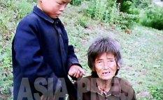 노숙자 단속을 피해 산 속에 사는 할머니와 손자. 처지를 한탄하는 할머니의 말에 손자가 울먹이고 있다. 2011년 6월 촬영 구광호 (아시아프레스)