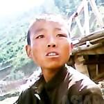 """빈곤으로 집을 잃고 가족과도 헤어졌다는 소년. 촬영자에게 """"다리 밑에서 생활하고 있다""""라며 음식을 구걸했다. 2013년 6월 북부의 양강도에서 촬영 """"민들레""""(아시아프레스)"""