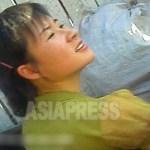 중국과의 국경에 위치한 양강도 혜산시의 여성. 노상에서 밝은 얼굴로 장사를 하고 있었다. 2012년 8월 촬영 '민들레'(아시아프레스)