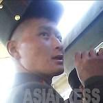 담배를 손에 든 채 열차에 탑승하려 하는 군인. 2013년 10월 양강도 혜산 역에서 촬영 '민들레'(아시아프레스)