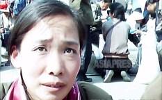길거리에 주저앉아 식품을 파는 여성. 열심히 손님을 불러들이고 있다. 2011년 6월 평양시 대성구역에서 촬영 구광호(아시아프레스)