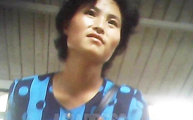 시장에서 파란 물방울무늬의 셔츠가 눈을 끄는 잡화상 여성. 중국 국경과 가까운 도시에는 멋진 여성이 많다. 중국에서 물건과 정보가 들어오기 때문이다. 2013년 8월 양강도 혜산시에서 촬영 '민들레'(아시아프레스)