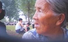 말도 힘겹게 하는, 상당히 고령인 할머니가 아파트가의 광장에서 음식을 팔고 있었다. 2007년 8월 평양시 낙랑구역에서 촬영 리 준(아시아프레스)