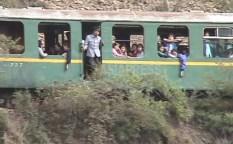 주행 중에 멈춰 버린 열차. 유리창이 거의 없다. 2002년 8월 양강도 혜산시 교외를 중국 측에서 이시마루 지로 촬영(아시아프레스)