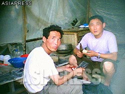"""In a corner of the construction site, lunch was being cooked. Reporter Gu asked them for their affiliation, and they replied, """"workers at a foreign construction company"""".(Aug/2011/Taken by Gu Gwang-ho)"""