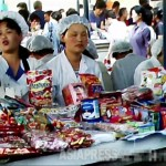 Food stalls at Moran market in the central Pyongyang.  The ladies are not the shop clerks but the owner of the stall, 80 cm in width.  2011 July.  Taken by Koo Gwang-ho (ASIAPRESS)