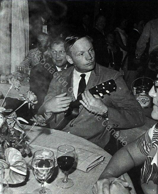 1969-collins-tocando-el-tiple_wm