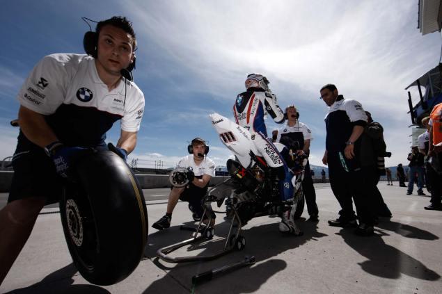 Ruben Xaus to Ten Kate Honda Ruben Xaus BMW pit 635x423