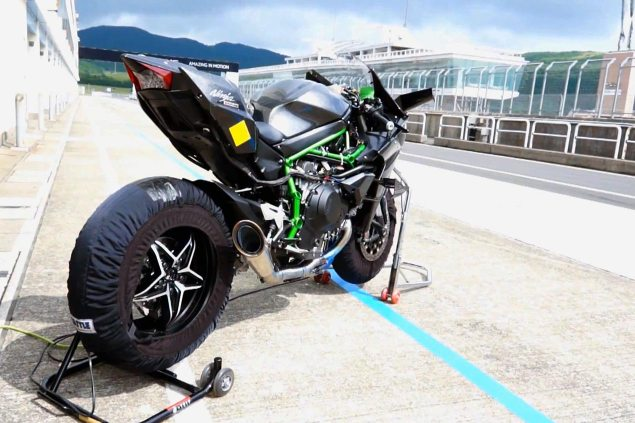 Watch the Kawasaki Ninja H2R Rip It Up on the Track kawasaki ninja h2r track pit 635x423