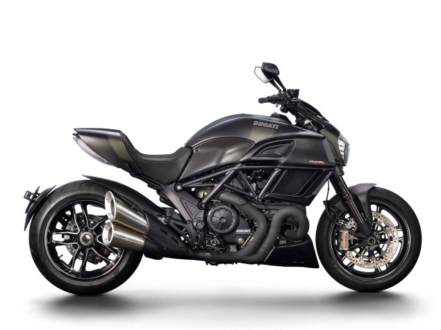 2016-Ducati-Diavel-Carbon-52