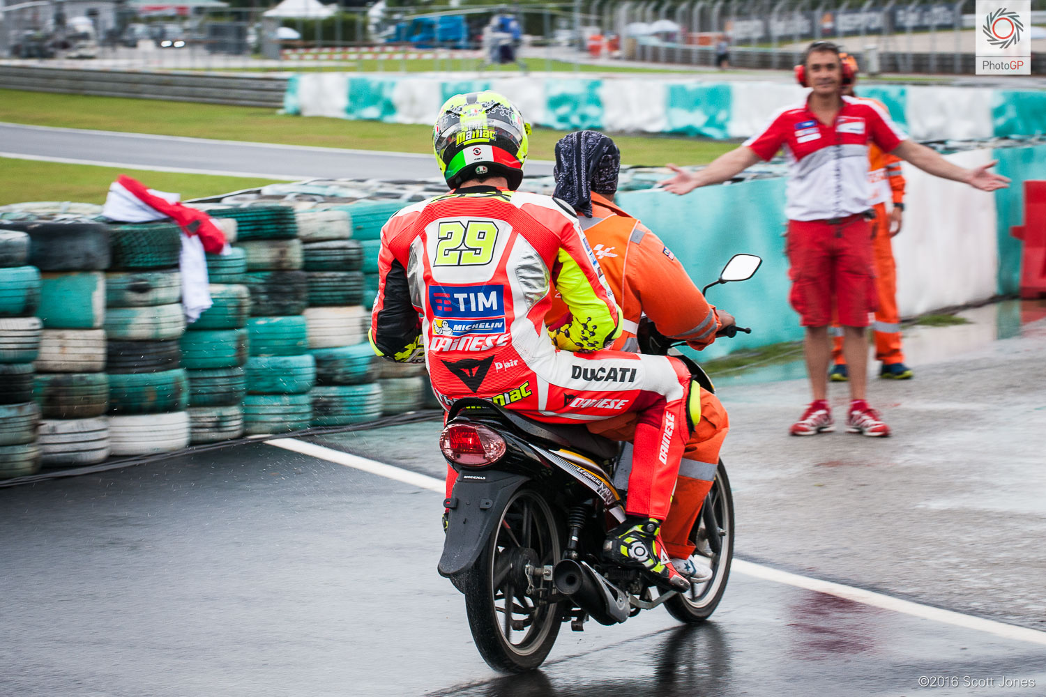 [GP] Sepang  - Page 2 MotoGP-Sepang-2016-Scott-Jones-Iannone-out