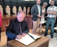 El escritor firmó en el libro del Ayuntamiento de Astorga. / CCU