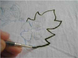 Comenzamos perfilando la hoja con verde. Hay que tener mucho cuidado ...