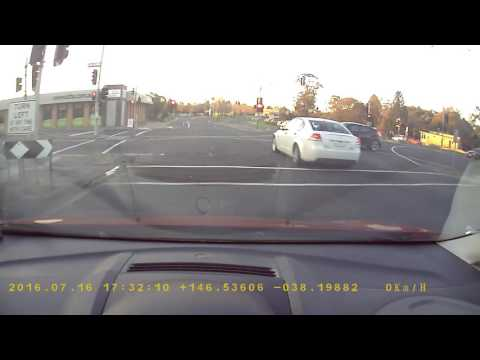 16-07-2016 - Commodore runs a red light, gets T boned by a Veloster (Traralgon, Victoria)