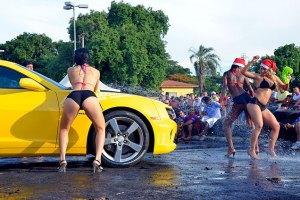 Graziela, Mayara e Tathyane lavando um Camaro no 11º Mega Motor em Sumaré. Fotos: Michael Bazzarello