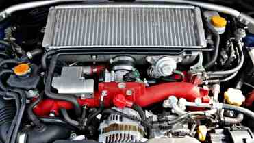 O 2,5-litros com interresfriador por cima e coletor de admissão vermelho